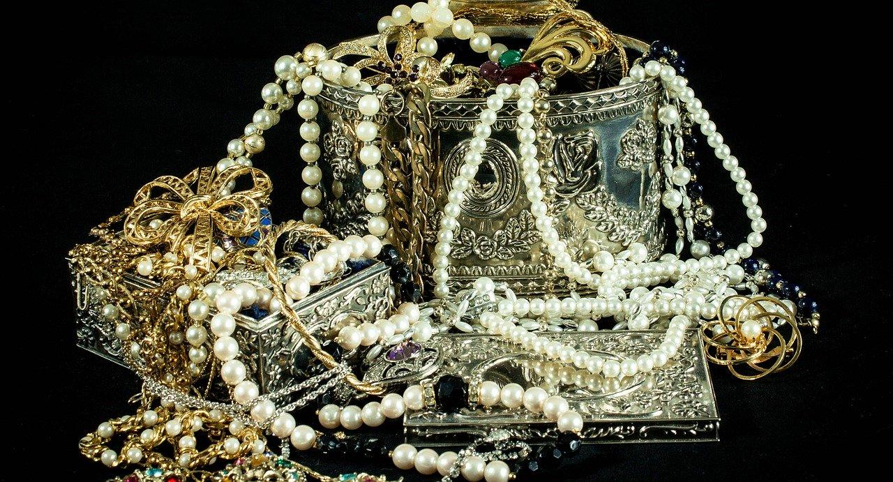 מגוון רחב של תכשיטים