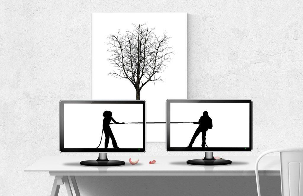 זוג מושך בחבל במחשב
