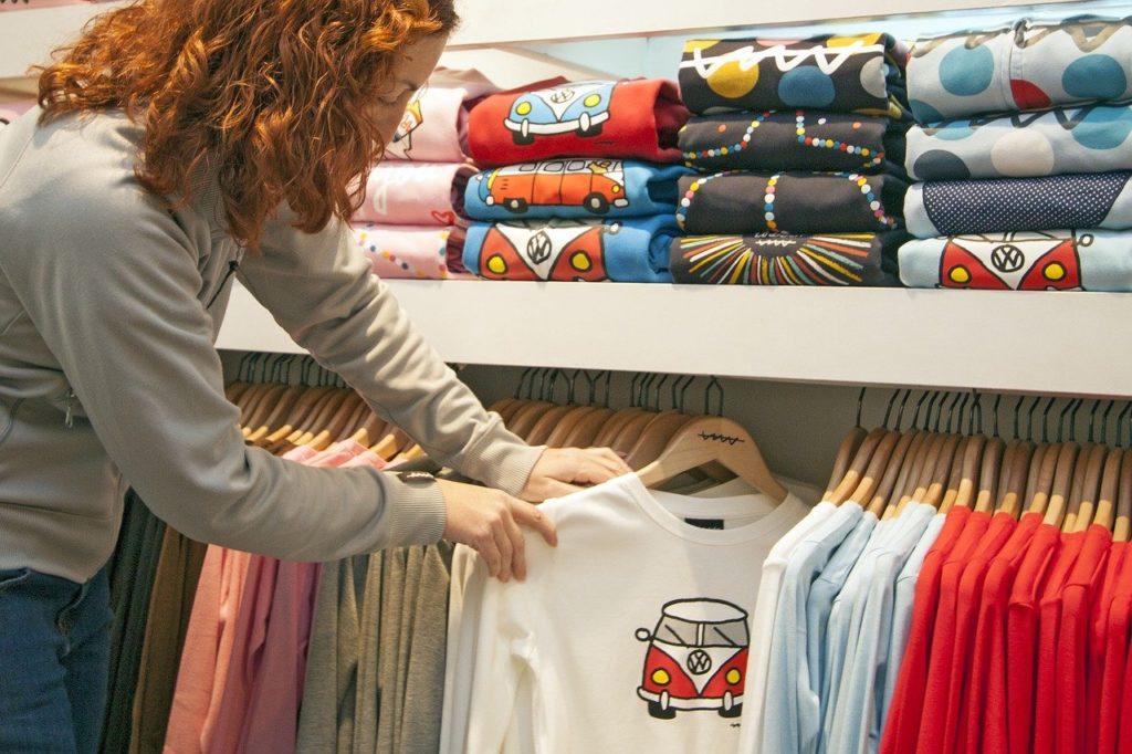 חולצות בחנות בגדים